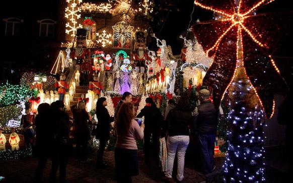 न्यूयॉर्क के ब्रूकलिन बोरो में लूसी स्पाटा के भव्य तौर पर सजाए गए घर को निहारते लोग।