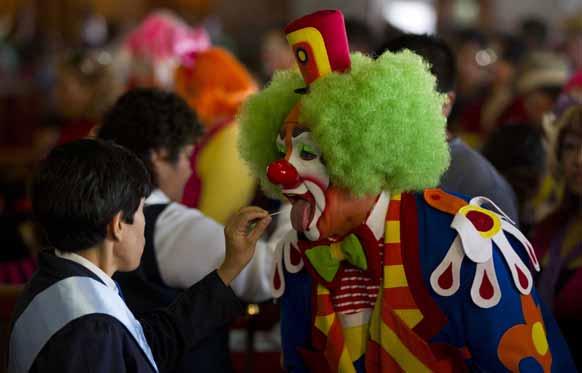 मैक्सिको सिटी में मास के दौरान हंसी-ठिठोली करता एक व्यक्ति।