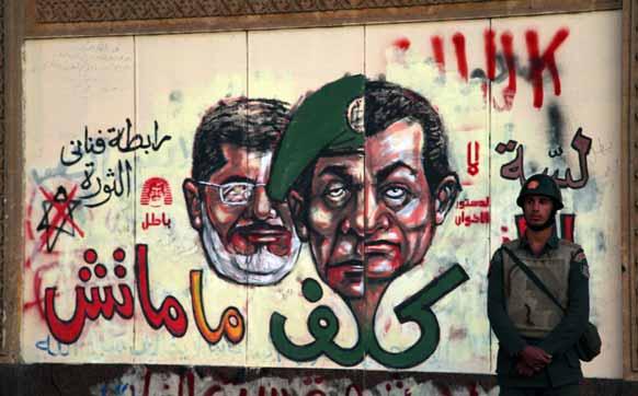 मिस्र में प्रदर्शनकारियों ने सरकार के खिलाफ पोस्टर लगाया।