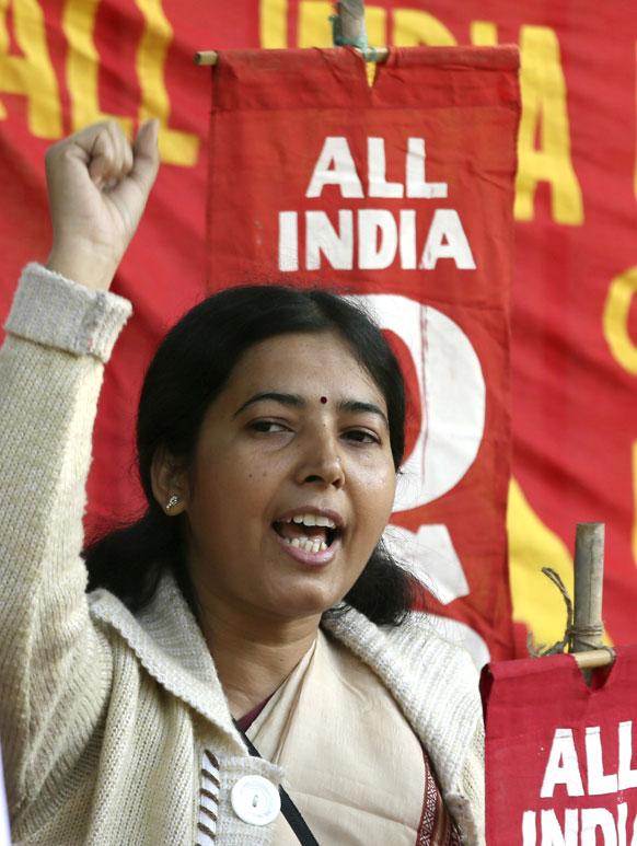 नई दिल्ली में 23 साल की युवती के साथ हुए गैंग रेप के विरोध में प्रदर्शन के दौरान महिलाओं की सुरक्षा की मांग करती महिला।