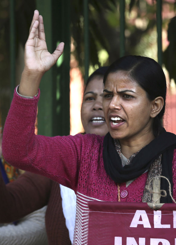 नई दिल्ली में 23 साल की युवती के साथ हुए गैंग रेप के विरोध में प्रदर्शन के दौरान नारे लगाते हुई लड़कियां।
