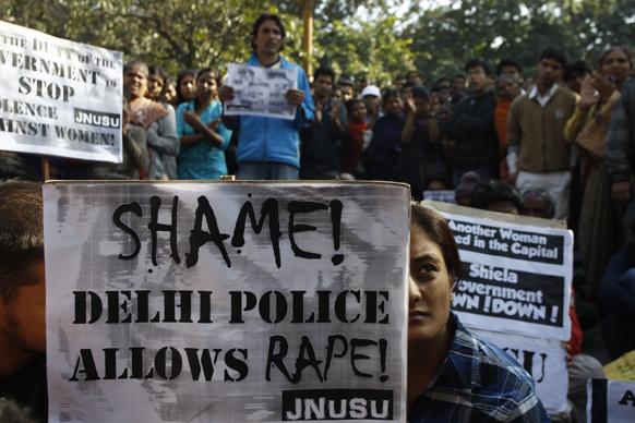 नई दिल्ली में 23 साल की पैरा मेडिकल की छात्रा के साथ रविवार को बस में हुए गैंग रेप के विरोध में प्रदर्शन करतीं महिलाएं।
