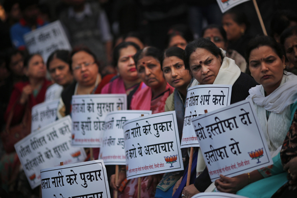 नई दिल्ली में गैंग रेप के विरोध में प्रदर्शन करतीं भाजपा की समर्थक महिलाएं।