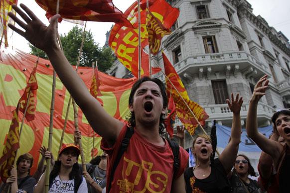 अर्जेंटीना में मेन स्कवायर पर विरोध- प्रदर्शन करते प्रदर्शनकारी।