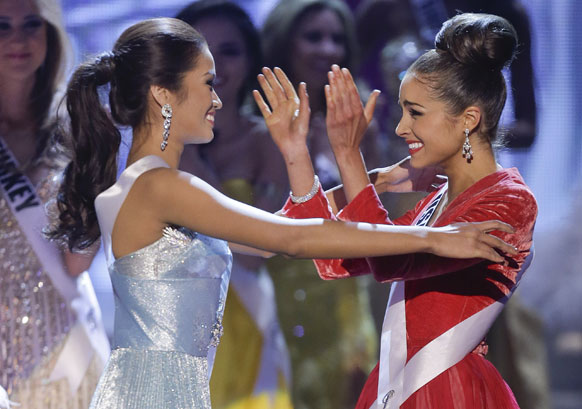 मिस यूएसए ओलिविया क्लूपो मिस यूनिवर्स 2012 चुने जाने के बाद प्रथम रनर अप मिस फिलीपींस जन्नी टुगोनॉन के साथ खुशियां मनाती हुईं।
