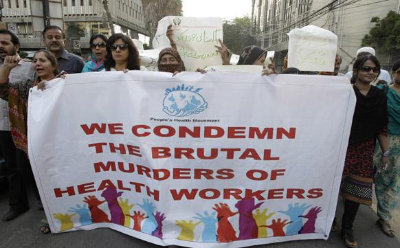 कराची में पाकिस्तानी कार्यकर्ताओं ने रैली निकाल कर पाकिस्तान में स्वास्थ्य कमिर्यों की हत्या का विरोध किया।