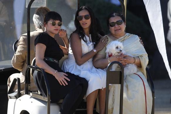 कैलिफ में सितार वादक रविशंकर की याद में आयोजित समारोह में हिस्सा लेने के बाद दिवंगत रविशंकर की पत्नी सुकन्या राजन, पुत्री अनुष्का शंकर एवं नोरा जोंस।
