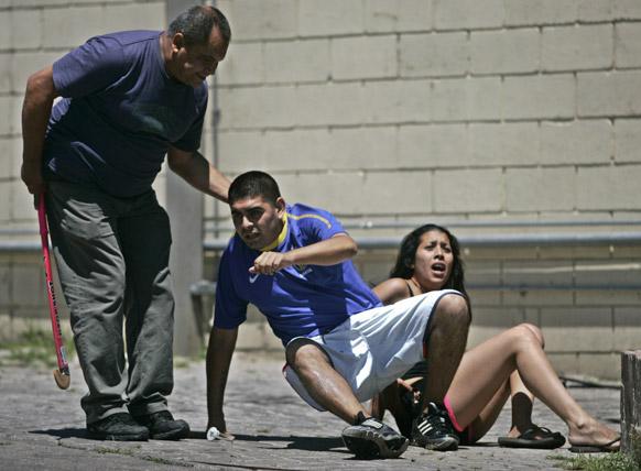ब्यूनस आयर्स के बाहरी इलाके में एक गैस स्टेशन पर लूटपाट करने वाले व्यक्ति को दबोचता सुरक्षाकर्मी।