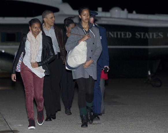 होनूलोलू में छुट्टियां बीताने जाते अमेरिका के राष्ट्रपति बराक ओबामा, उनकी पत्नी मिशेल ओबामा और बच्चे मालिया एवं साशा।