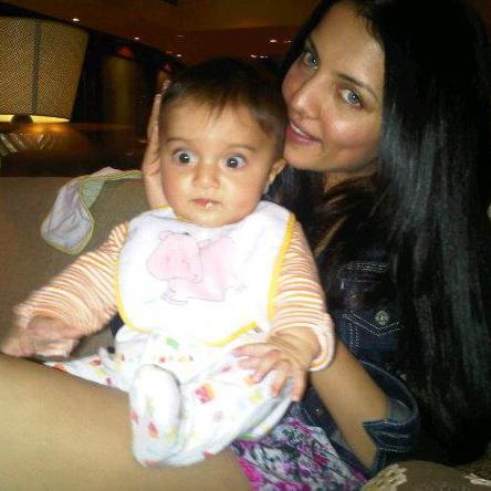 अभिनेत्री सेलिना जेटली अपने पुत्र के साथ।