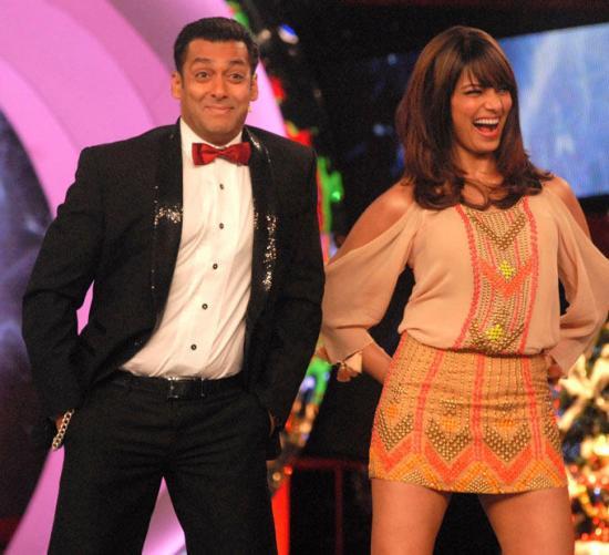 अभिनेता सलमान खान अभिनेत्री बिपासा बसु के साथ डांस की मुद्रा में।