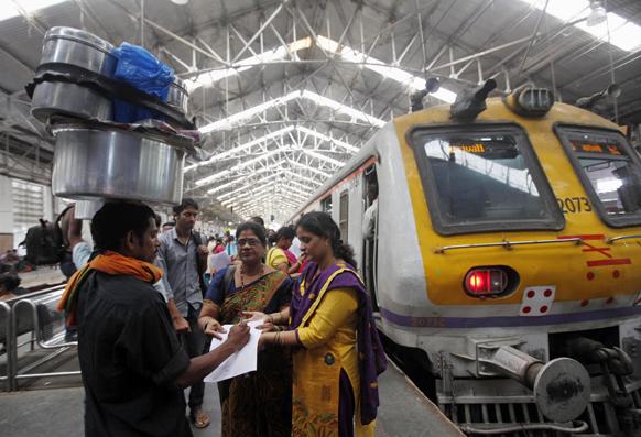 मुंबई में महिलाओं पर हो रहे अत्याचार के खिलाफ हस्ताक्षर अभियान के दौरान महिला कार्यकर्ता एक व्यक्ति से हस्ताक्षर लेती हुई।