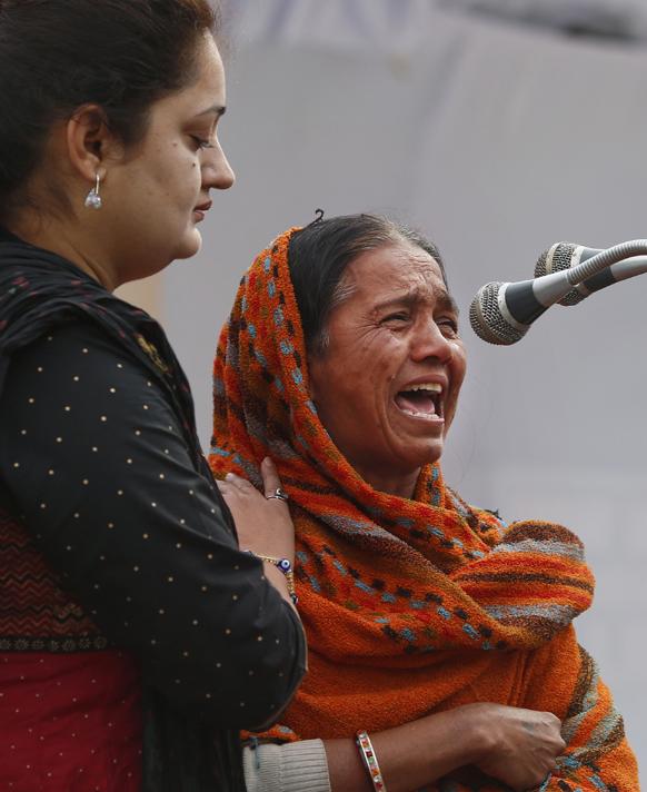 नई दिल्ली में गैंग रेप के विरोध में प्रदर्शन के दौरान एक महिला अपने आप को नहीं संभाल सकी और रो पड़ी।