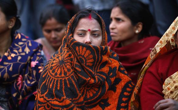 नई दिल्ली में गैंग के विरोध में  प्रदर्शन करतीं भाजपा की समर्थक महिलाएं।