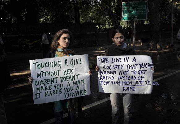 नई दिल्ली में गैंग रेप के विरोध में मुख्यमंत्री शीला दीक्षित के घर के बाहर तख्तियों के साथ प्रदर्शन करती युवतियां।