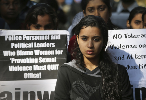 नई दिल्ली में गैंग रेप के विरोध में मुख्यमंत्री शीला दीक्षित के घर के बाहर प्रदर्शन करती युवतियां।