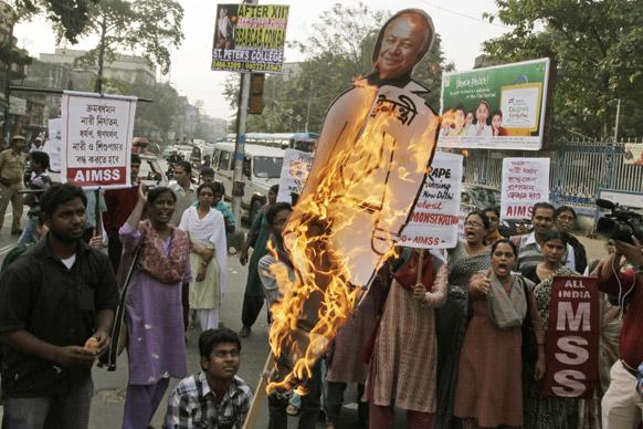 कोलकाता में दिल्ली गैंग रेप के विरोध में गृह मंत्री सुशील कुमार शिदें का पुतला जलाते एआईडीएसओ के कार्यकर्ता।