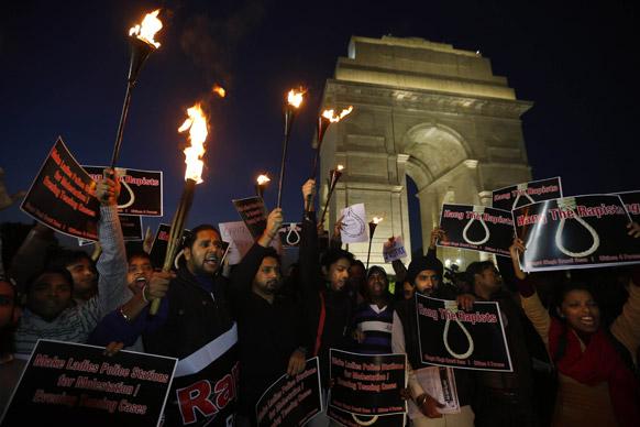 नई दिल्ली में गैंग रेप के विरोध में प्रदर्शन करते लोग।