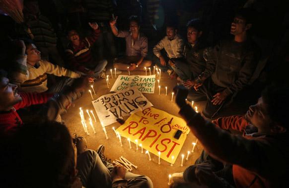 नई दिल्ली में गैंग रेपिस्ट को फांसी की सजा की मांग करते छात्र।