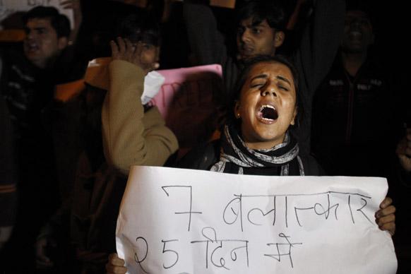 नई दिल्ली में गैंग रेप के विरोध में मुख्यमंत्री शीला दीक्षित के घर के बाहर प्रदर्शन करते लोग।