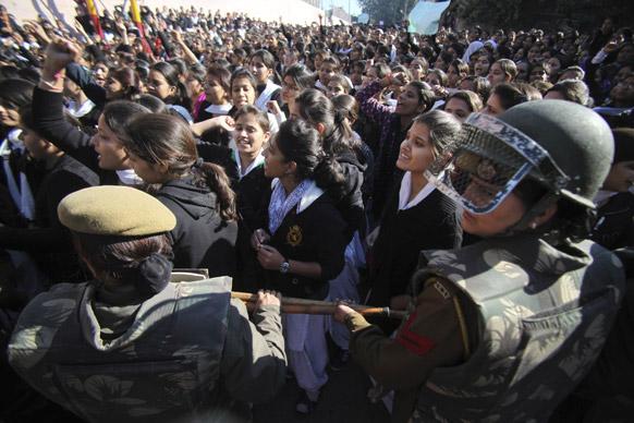 जम्मू में दिल्ली गैंग रेप के विरोध में प्रदर्शन करतीं छात्राएं।