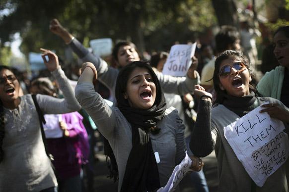 नई दिल्ली में गैंग के विरोध में प्रदर्शन करते लोग।
