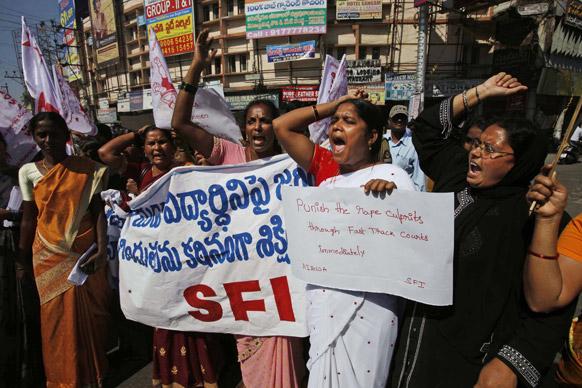 हैदराबाद में दिल्ली गैंग रेप के विरोध में प्रदर्शन करते एसएफआई छात्र संगठन के कार्यकर्ता।