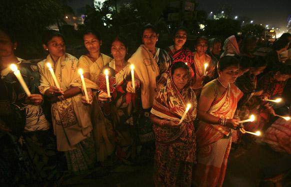 भुवनेश्वर में दिल्ली गैंग रेप के विरोध में कैंडल मार्च करती महिलाएं।
