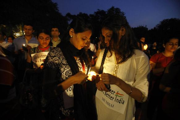 मुंबई में दिल्ली गैंग रेप के विरोध में कैंडल मार्च करते लोग।