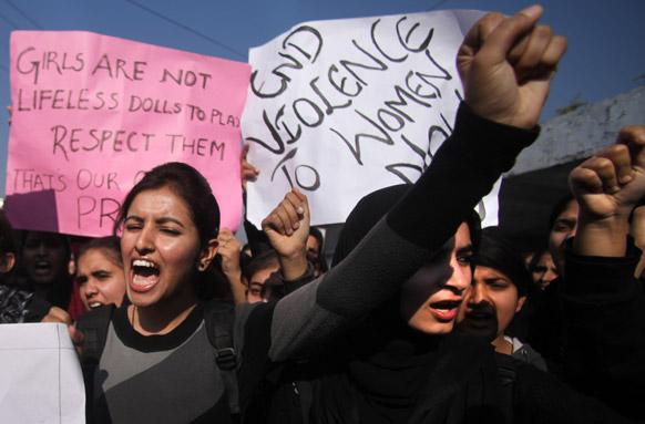 जम्मू में दिल्ली गैंग रेप के विरोध में प्रदर्शन करती छात्राएं रेपिस्ट को कड़ा दंड की मांग करती हुई।