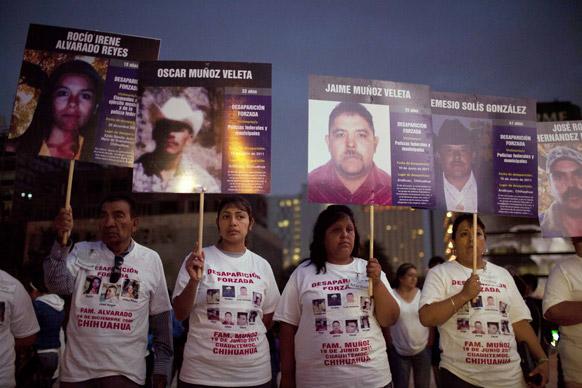 अपने गुमशुदा लोगों की तस्वीरों के साथ 'मार्च आफ नेशनल डिग्निटी' अभियान में भाग लेते नागरिक।