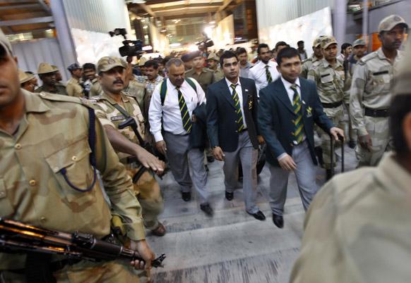 भारत दौर पर पहुंची पाकिस्तानी टीम के लिए बेंगलुरू हवाईअड्डे पर सुरक्षा के कड़े प्रबंध किए गए।