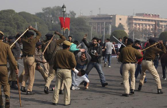 नई दिल्ली में राष्ट्रपति भवन के पास प्रदर्शनकारियों पर लाठीचार्ज करती पुलिस।
