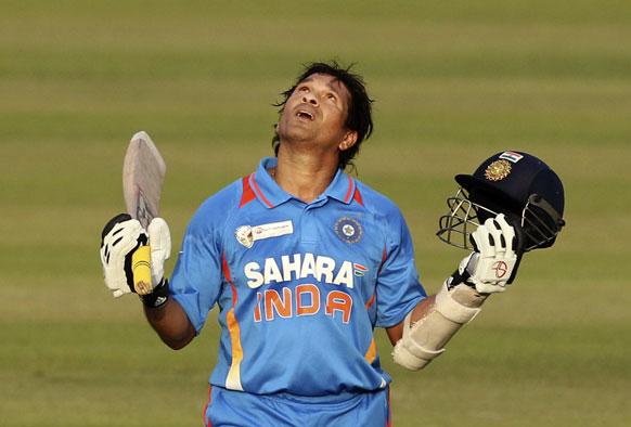 महान भारतीय बल्लेबाज सचिन तेंदुलकर ने रविवार को अंतरराष्ट्रीय वनडे क्रिकेट से संन्यास ले लिया है। बांग्लादेश के खिलाफ एशिया कप में अपना 100 शतक बनाने के बाद ईश्वर को धन्यवाद देते तेंदुलकर (फाइल फोटो)।)