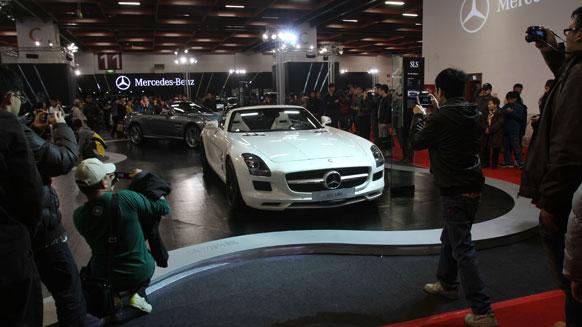 ताइपे वर्ल्ड  ट्रेड सेंटर में ताइपे इंटरनेशनल ऑटो शो के दौरान मर्सिडीज-बेंज एसएलएस एएमजी रोडस्टार को देखते लोग।