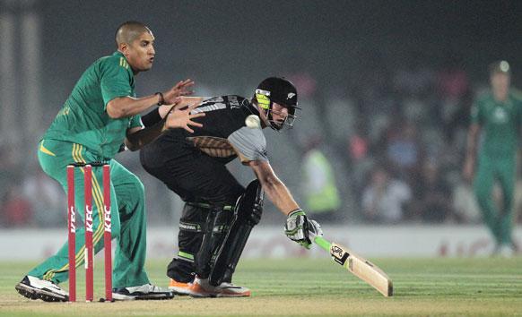 टी-20 मैच में दक्षिण अफ्रीका के खिलाफ रन बनाते न्यूजीलैंड के बल्लेबाज मार्टिन गुप्टिल।