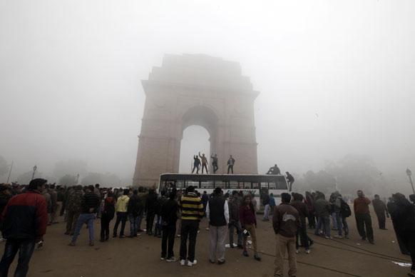 दिल्ली गैंगरेप के खिलाफ इंडिया गेट पर प्रदर्शन करते लोग।