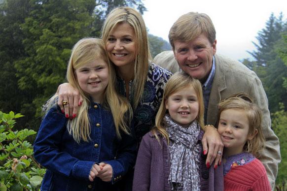 डच के क्राउन प्रिंस विलेम अलेक्जेंडर अपनी पत्नी एवं बच्चों के साथ।