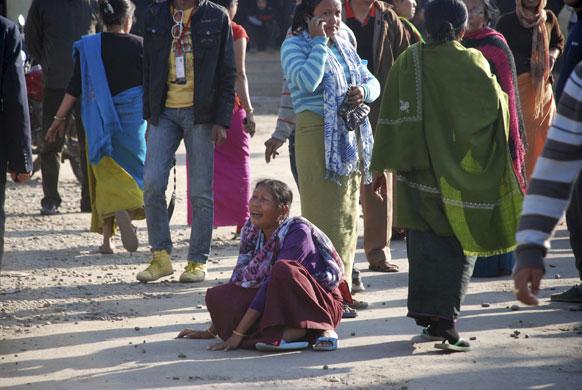 मणिपुर की राजधानी इंफाल में गोलीबारी के दौरान एक पत्रकार की मौत हो गई। अस्पताल के बाहर बिलखती पत्रकार की परिजन।