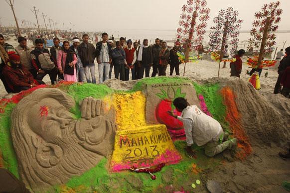 इलाहाबाद में महाकुंभ की तैयारी के दौरान रेत से एक आकृति बनाते कलाकार राजकपूर चितेरा।