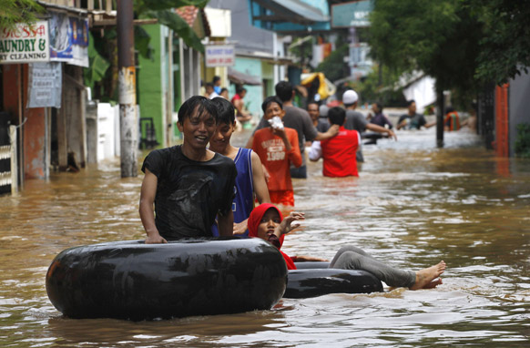 इंडोनिशया की राजधानी जकार्ता में भीषण बारिश से जन-जीवन अस्त व्यस्त हो गया है। लोग सुरक्षित स्थानों पर पलायन करने लगे हैं।