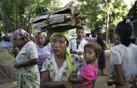 म्यांमार के रखीने प्रांत में एक विस्थापित मुस्लिम महिला अपनी बच्ची के साथ।