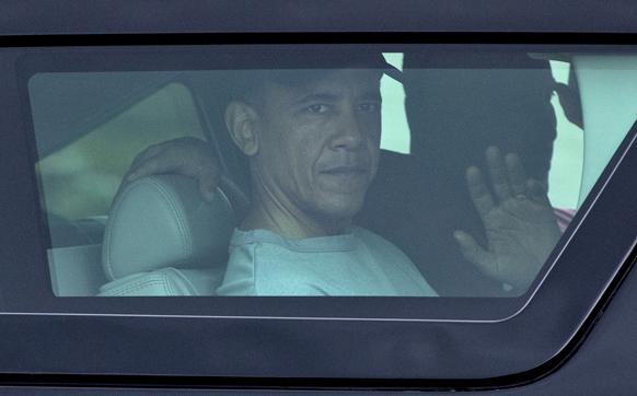 हवाई के मरीन कोर बेस से वर्कआउट के बाद अपनी कार में सवार अमेरिकी राष्ट्रपति बराक ओबामा।