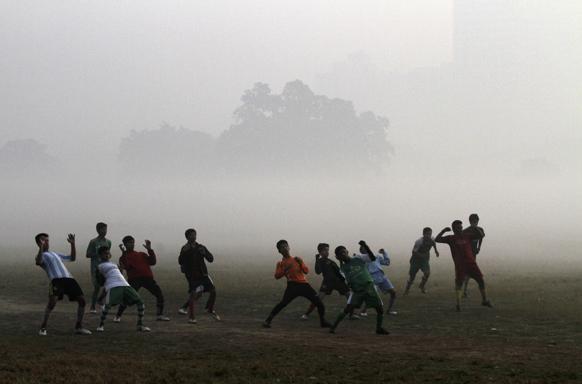 कोलकाता में युवा भारतीय फुटबाल खिलाड़ी अभ्यास करते हुए।