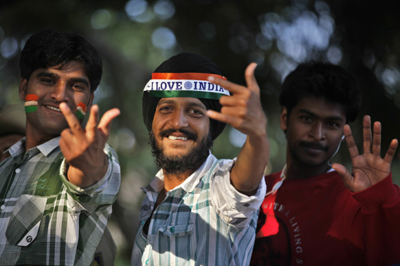 बैंगलोर में भारत-पाक टी20 क्रिकेट मैच के दौरान इंडियन क्रिकेट फैंस।