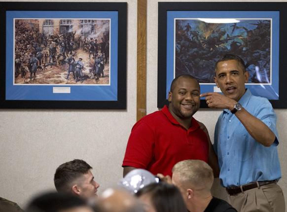 हवाई में एंडरसन हॉल में सेना और उनके परिवार से मिलते अमेरिकी राष्ट्रपति बराक ओबामा।