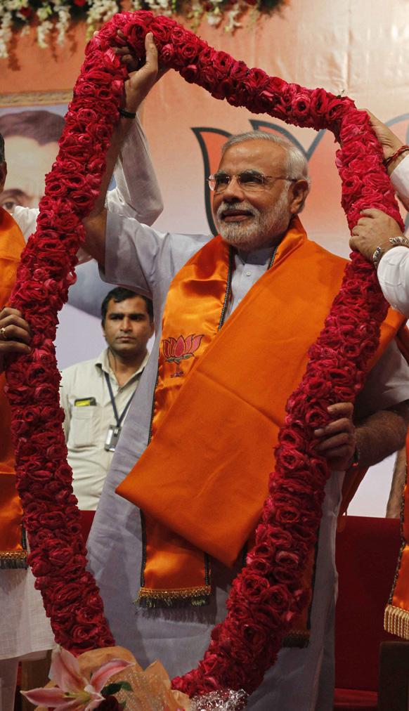 गांधीनगर में गुजरात भाजपा विधायक दल के नेता चुने जाने के बाद नरेंद्र मोदी का इस तरह स्वागत हुआ।