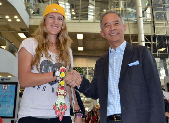 बैंकॉक में थाईलैंड टेनिस एसोसिएशन के अध्यक्ष के साथ विश्व की नंबर एक टेनिस खिलाड़ी विक्टोरिया अजरेंका।