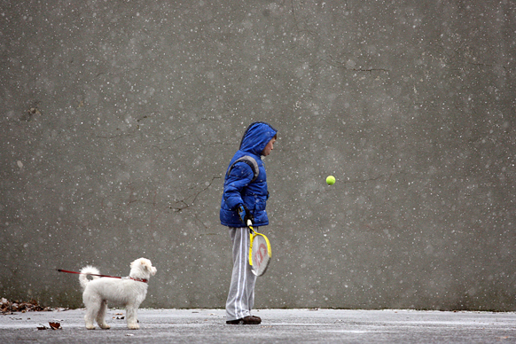 न्यजर्सी के एक पार्क में आठ वर्षीय एक बच्चा स्टीवन पायसिक टेनिस खेलता हुआ।