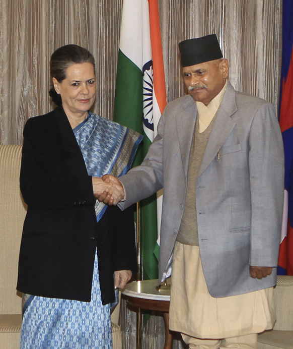 नई दिल्ली में नेपाल के राष्टप्रति रामबरण यादव के साथ हाथ मिलाते हुए कांग्रेस पार्टी की अध्यक्ष सोनिया गांधी।